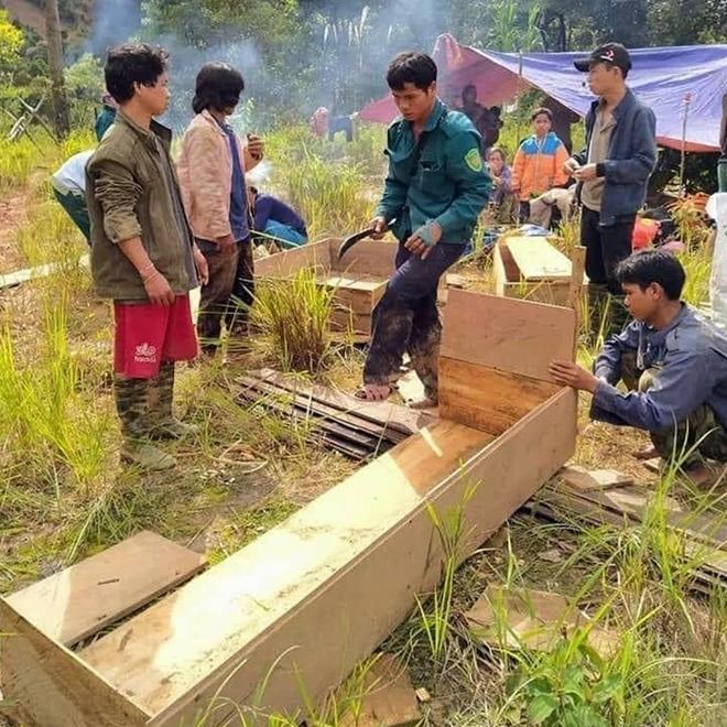 Lực lượng tại chỗ xã Phước lộc, huyện Phước Sơn chuẩn bị quan tài cho các nạn nhân xấu số.