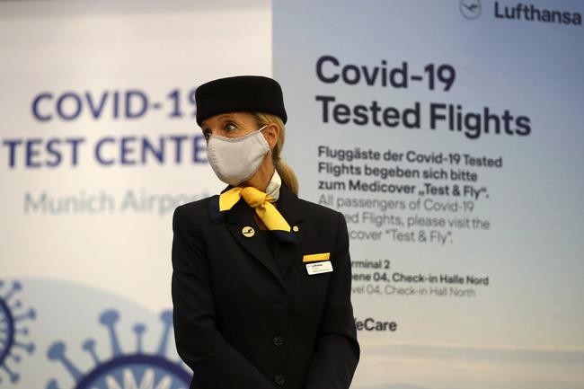 Pháp đã ghi nhận trên 2 triệu người nhiễm virus SARS-CoV-2 vào ngày 17/11. (Ảnh: AP)