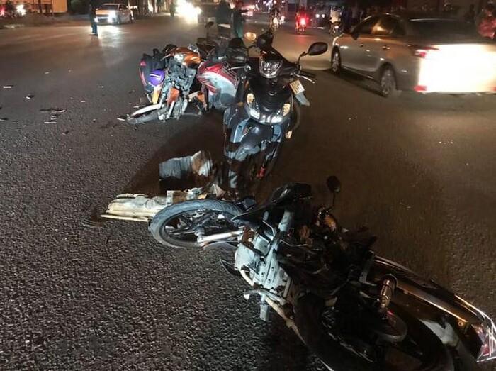Nhiều xe máy bị hư hỏng nặng sau vụ tai nạn. Ảnh: VTC News