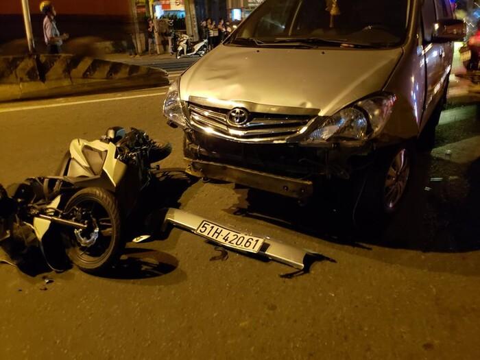 Ô tô tông hàng loạt xe máy cũng bị hư hỏng nặng phần đầu. Ảnh: TS/PLO