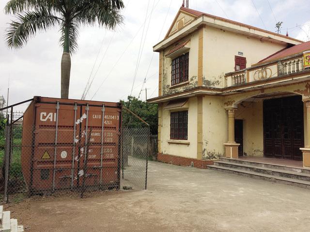 Toàn bộ 31 khúc gỗ cây sưa chặt hạ tại chùa làng đang được bảo quản chặt chẽ trong container khóa kín đặt tại sân nhà văn hóa thôn Phụ Chính.