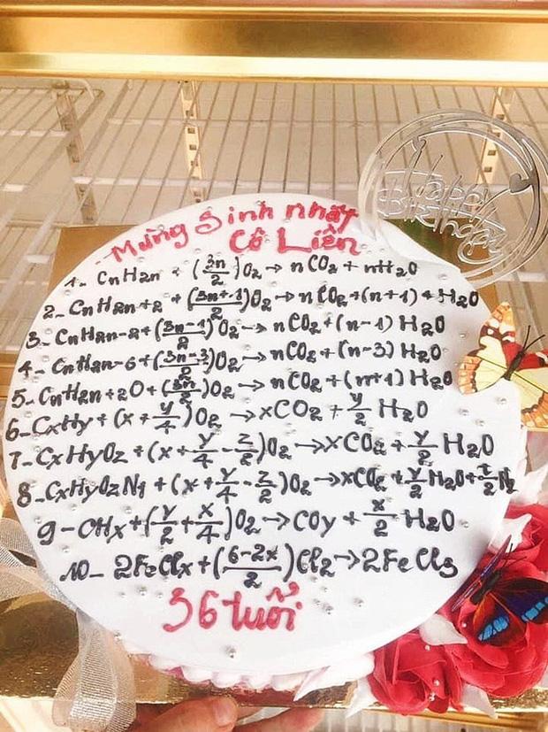 Thật nể phục thợ làm bánh khi có thẻ viết chính xác hết các phương trình hóa học này để gửi tặng cô giáo.