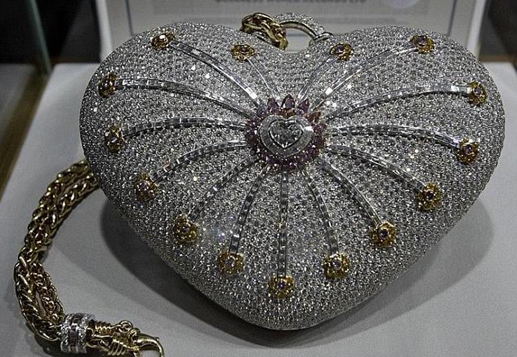 Chiếc túi xách tay đang giữ Kỷ lục Guinness Thế giới về giá cao nhất. Ảnh: Reuters