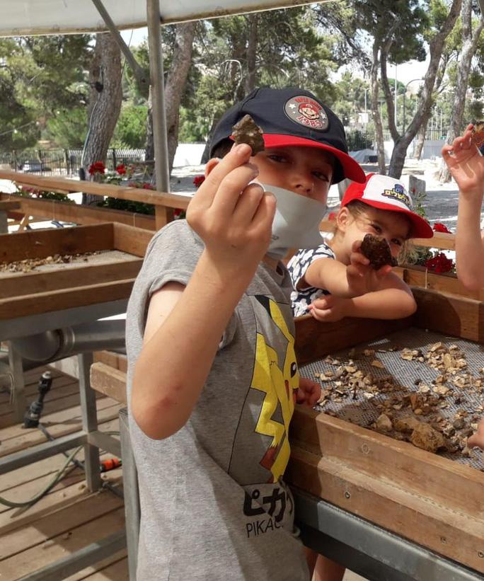 Bé Binyamin Milt và các bạn đang tham gia hoạt động khảo cổ tình nguyện - Ảnh: TMSP