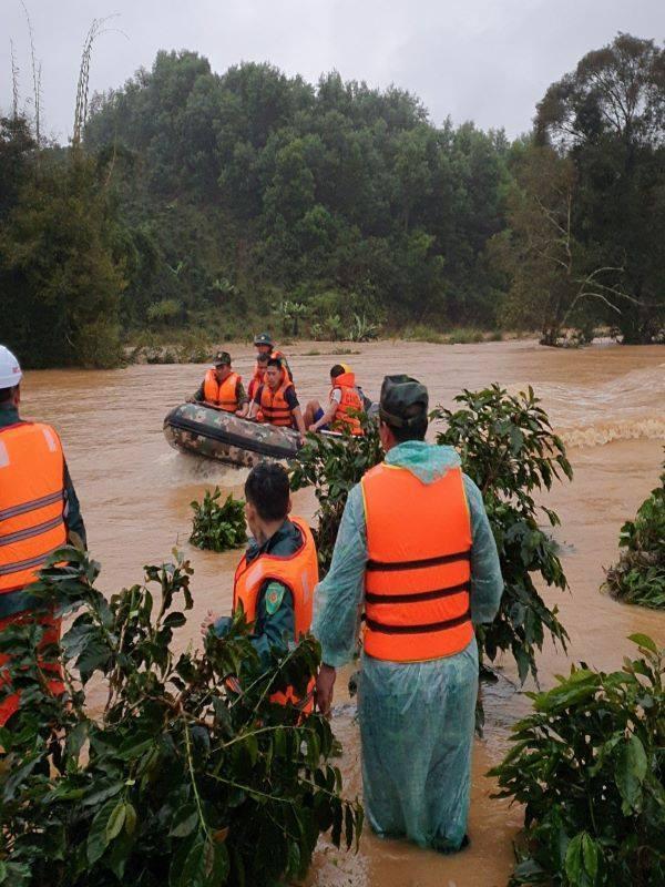 Lực lượng cứu nạn cứu hộ vất vả tìm kiếm trong nhiều ngày.