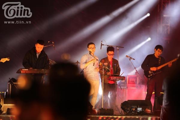 Huy Lê và những người bạn được 'chọn mặt gửi vàng' để mở đầu cho sự kiện với ca khúc Sắp vào đông.