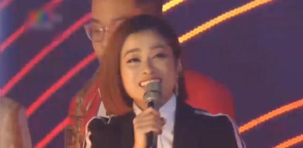 Màn đồng caHappy New Yearvà Khúc Xuânđược phối mớigiữa nữ ca sĩ Hoàng Hồng Ngọc, rapper Hà Lê và khán giả.