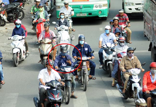 Vừa di chuyển vừa nghe điện thoại tiềm ẩn nhiều nguy cơ cho bản thân và các phương tiện tham gia giao thông khác. Ảnh minh họa