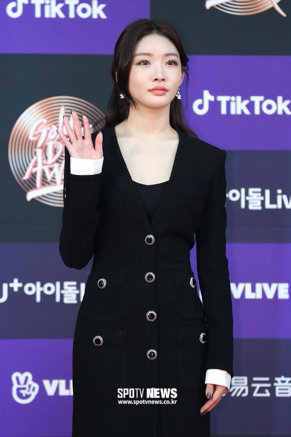 Chungha - 'nữ thần solo' thế hệ thứ 3 luôn chăm chỉ dự các sự kiện quan trọng của làng nhạc Hàn. TạiGDA 2020,Chungha lại nhận đánh giá trung bình vì chiếc váy không lung linh, lộng lẫy như mọi khi.