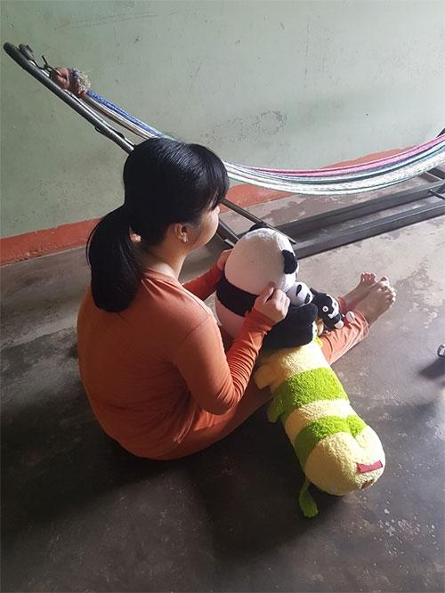 N. bị thiểu năng, dù đã sinh con nhưng nhận thức chỉ bằng trẻ 6 tuổi. (Ảnh: Báo Bình Thuận).