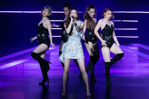 Ngoài song ca cùng đàn em, nữ ca sĩ còn thể hiện những ca khúc cùng vũ đoàn.