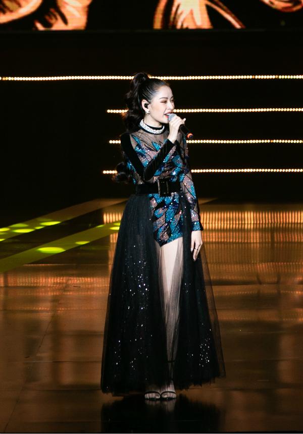 Đây không phải lần đầu Chi Pu xuất hiện trên sân khấu tại sự kiện của 'bà chủ' Ngọc Trinh.