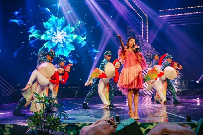 Khả Ngân tự tin hát live trên sân khấu debut với vai trò ca sĩ 0