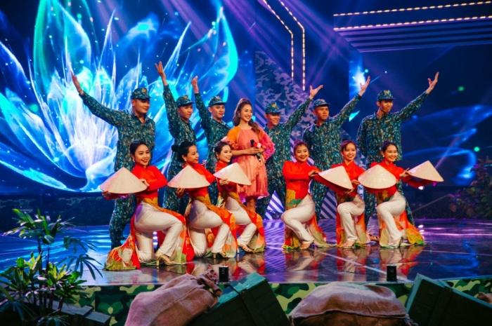 Khả Ngân tự tin hát live trên sân khấu debut với vai trò ca sĩ 1