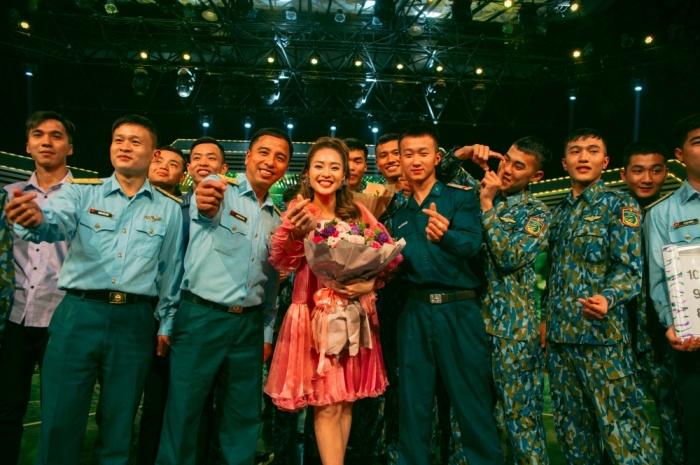 Khả Ngân tự tin hát live trên sân khấu debut với vai trò ca sĩ 4
