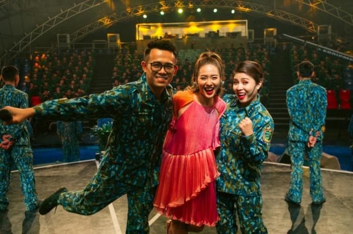 Khả Ngân tự tin hát live trên sân khấu debut với vai trò ca sĩ 6