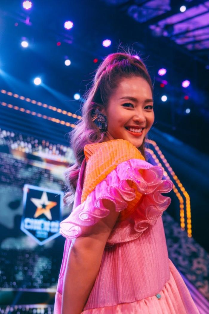 Khả Ngân tự tin hát live trên sân khấu debut với vai trò ca sĩ 3