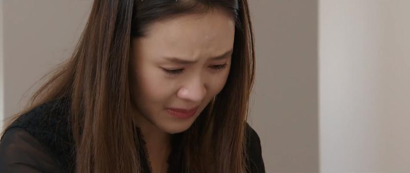 Khuê rơi nước mắt khi nghe được những lời trăn trối từ chồng cũ.