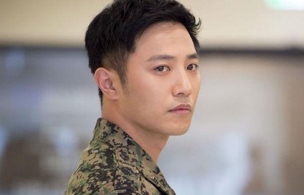 Xuất hiện trong 'Hậu duệ mặt trời' còn có chàng hạ sĩ Seo Dae Young do nam diễn viên Jin Goo thủ vai. Hình tượng chung thủy, si tình của anh với bác sĩ quân y Yoon Myung Joo cũng gây ấn tượng không kém đại úy Yoon Shi Jin.