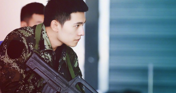 Trong bộ phim 'Đặc Chiến Vinh Diệu' sắp lên sóng, Dương Dương đã rũ bỏ hoàn toàn hình ảnh nam thần bảnh bao, trắng trẻo trước đó của mình để chuyển sang một hình tượng người lính gai góc, cứng cỏi hơn.