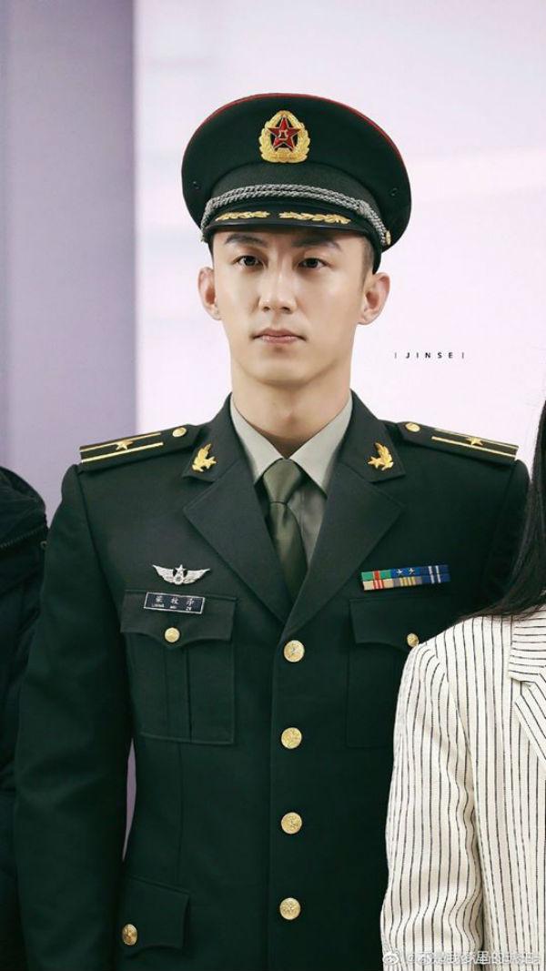 Sau khi xác nhận tham gia vào tác phẩm lấy đề tài quân đội 'Quân trang thân yêu', Hoàng Cảnh Du cũng lại tiếp tục có dịp khoác lên mình bộ quân phục. Với vóc người cao lớn và gương mặt cực kì nam tính, anh chàng cũng dễ dàng chinh phục khán giả trong tạo hình này