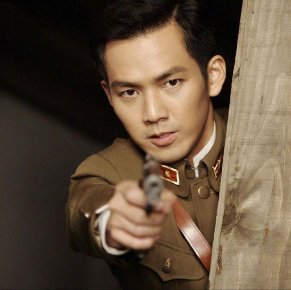 'Ông hoàng phim chuyển thể' Chung Hán Lương từng khiến các chị em mê mệt vì vai diễn Mộ Dung Bái Lâm trong bộ phim 'Không kịp nói yêu em'. Chàng Mộ Dung Bái Lâm đến giờ vẫn được nhớ tới là một trong những chàng quân nhân 'soái'nhất màn ảnh nhỏ Hoa ngữ.
