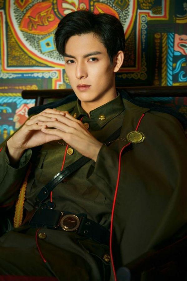 Vương Hạo Hiên – tài tử mới nổi của siêu phẩm mùa hè 'Trần Tình Lệnh' cũng không hề kém cạnh khi diện quân phục trong buổi chụp ảnh tạp chí