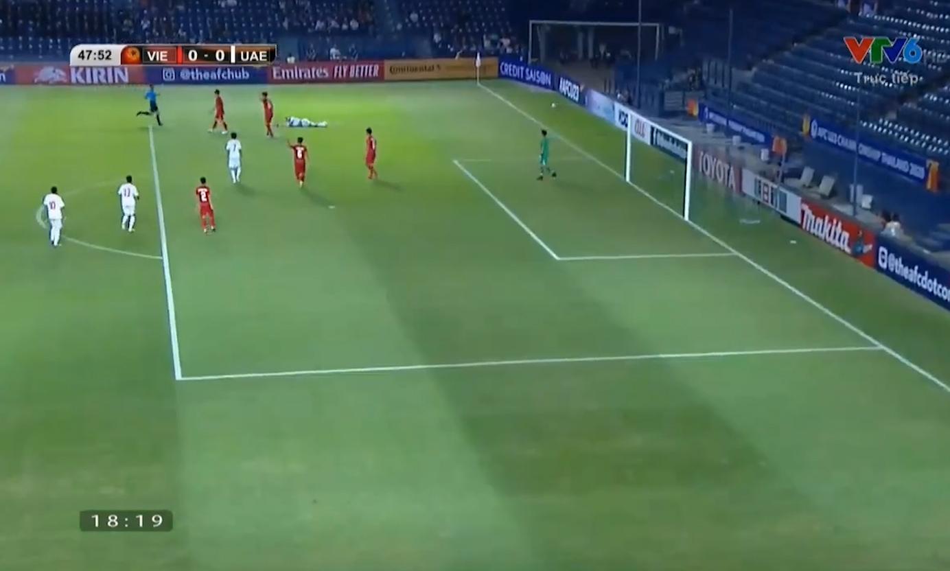 Cụ thể ở phút 48, Huỳnh Tấn Sinh phạm lỗi ngay khi vực vùng cấm, tất cả thót tim khi U23 Việt Nam có nguy cơ bị nhận quả phạt penalty.