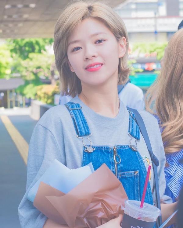 Gu thời trang khác biệt của hai quý cô tuổi Tý nhà TWICE: Sana ngọt ngào, Jungyeon chuẩn 'ngự tỷ' 19