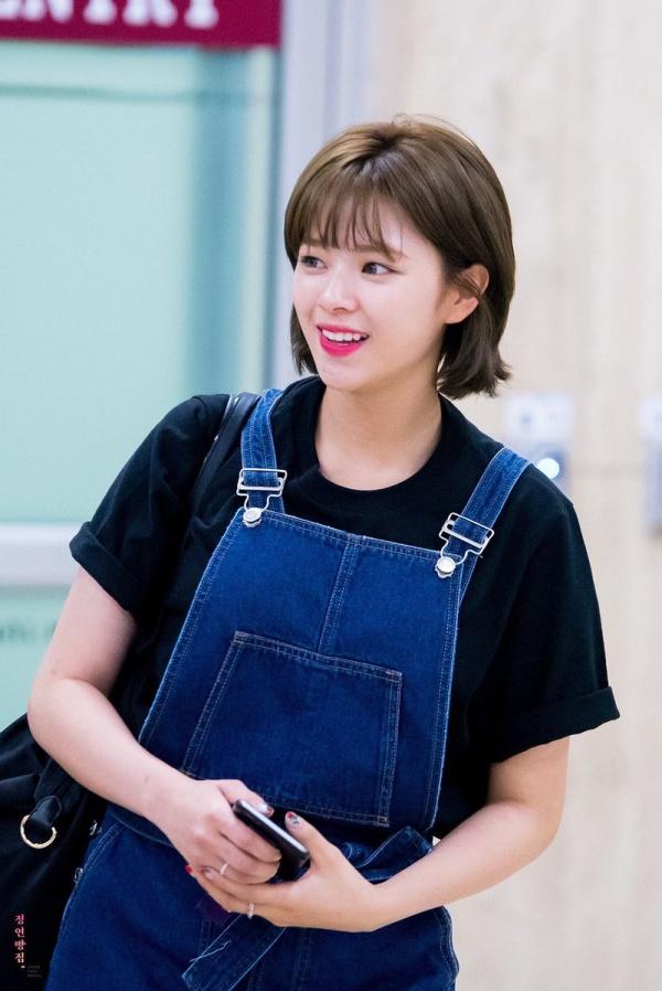 Thi thoảng, Jungyeon lại 'đổi gió' với kiểu áo yếm xinh xắn, trẻ trung mix cùng áo thun màu trơn bên trong.
