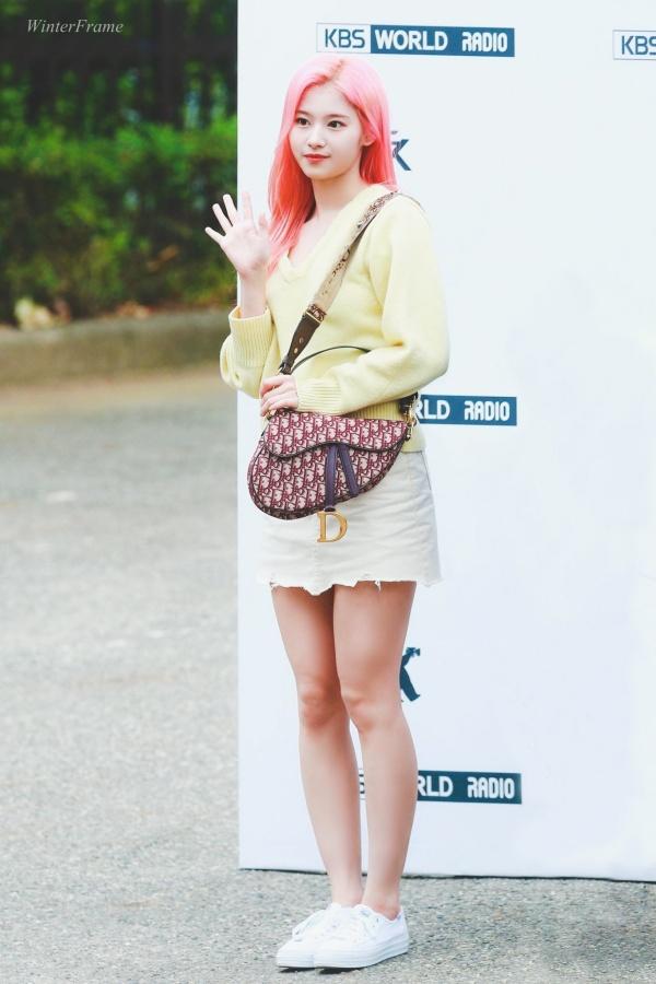 Gu thời trang khác biệt của hai quý cô tuổi Tý nhà TWICE: Sana ngọt ngào, Jungyeon chuẩn 'ngự tỷ' 8