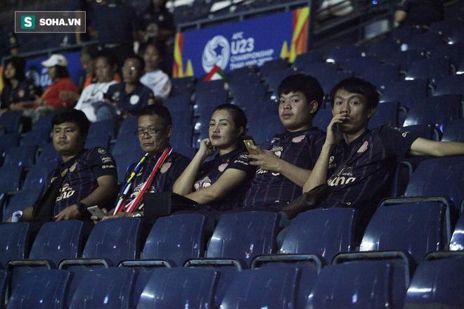 Xen lẫn vào đó là một số CĐV Thái Lan. Họ đến sân với trang phục truyền thống của CLB Buriram United, đội chủ sân Chang Arena, nơi diễn trận đấu.
