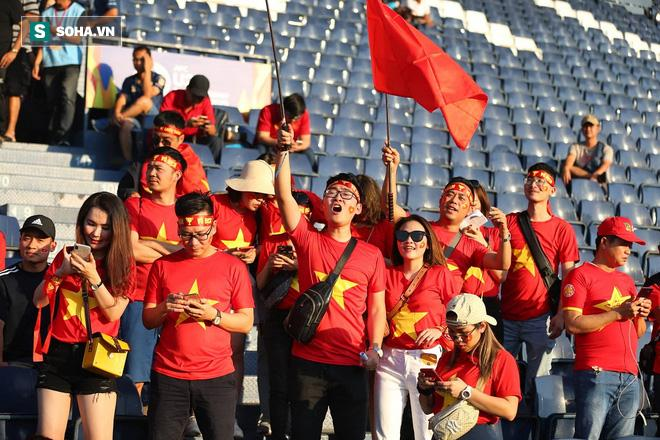 Tỉnh Buriram cách Bangkok 400km, lại không có nhiều người Việt sinh sống tại đây, tuy vậy vẫn có khá đông CĐV Việt Nam lặn lội tới sân để cổ vũ cho thầy Park và các học trò vào chiều nay.