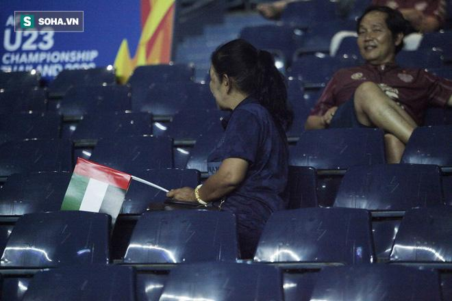 Với vốn tiếng Anh hạn chế, các CĐV này không chia sẻ được nhiều khi được hỏi về lý do cổ vũ cho UAE. Họ chỉ cười và tếu táo cho biết mình cổ vũ UAE vì thời gian qua Thái Lan nhiều lần không đánh bại được Việt Nam.