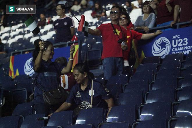 Một chi tiết đáng chú ý là việc có không ít CĐV Thái Lan đến sân với lá cờ UAE trên tay. Thậm chí có lúc họ còn quay lại phía sau, nơi có một số CĐV Việt Nam đang ngồi và giơ cao lá cờ UAE với biểu cảm khá hào hứng.