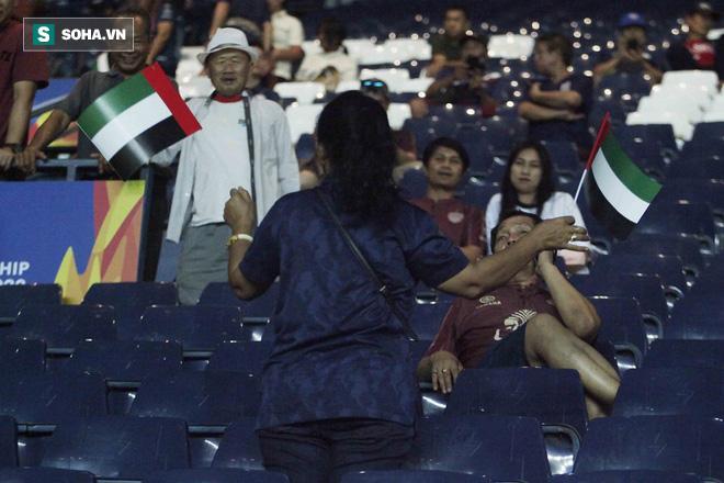 Hào hứng tạo dáng chụp hình với quốc kỳ UAE trên tay.