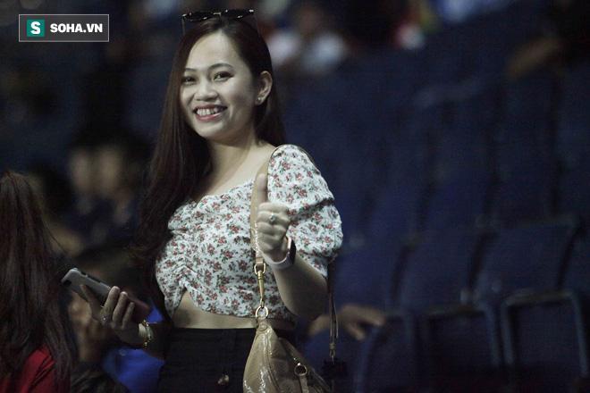 Một nữ CĐV xinh đẹp trên khán đài sân Chang Arena.