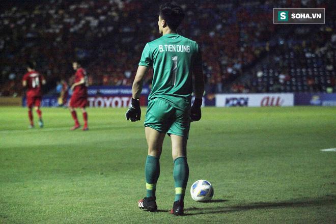 Thủ môn sinh năm 1997 có thể trở lại thi đấu ngay sau đó và chơi tốt trong những phút còn lại, góp phần bảo vệ mảnh lưới của U23 Việt Nam trong trận hòa 0-0 ở ngày ra quân.
