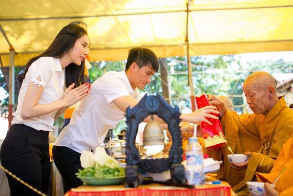 Vợ chồng Công Vinh - Thủy Tiên tích cực ăn chay, niệm kinh và làm việc thiện