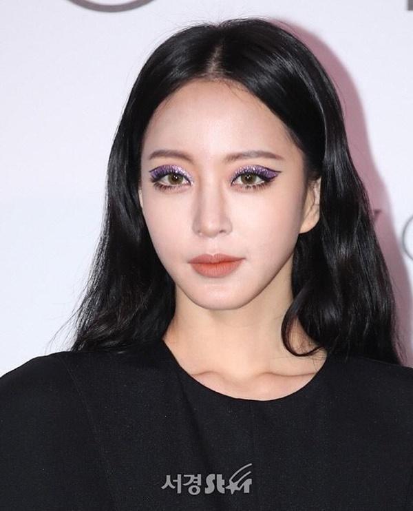 Nữ diễn viên sinh năm 1981 đẹp quyến rũ với bộ cánh màu đen huyền bí, đặc biệt, layout makeup 'cực đỉnh' của cô chính là tâm điểm chú ý của đông đảo dân mạng.