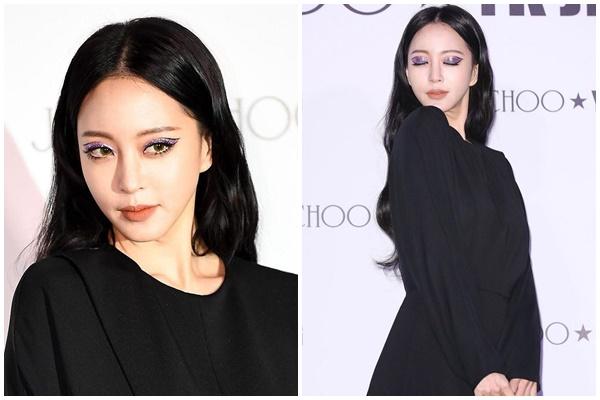 Lựa chọn tông make-up 'khó nhằn', ít ai có thể nghĩ được sự kết hợp giữa contact lens màu xanh rêu và màu mắt tím lại đượcHan Ye Seul diện xuất sắc đến vậy. Chưa hết, phấn nhũ đôi khi trở thành 'con dao hai lưỡi' nếu bạn không có một gương mặt đẹp sắc sảo.