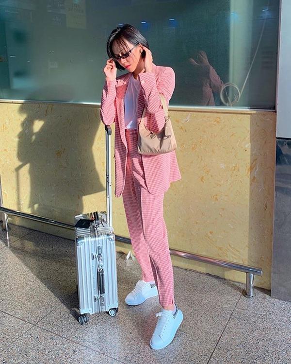 Cũng vẫn là dòng túi của Prada nhưng Diệu Nhi còn sắm thêm cho mình một mẫu túi giống hệt về kiểu dáng, chỉ khác màu sắc. Cô mix item này cùng bộ suit màu hồng phấn và sneaker trẻ trung.