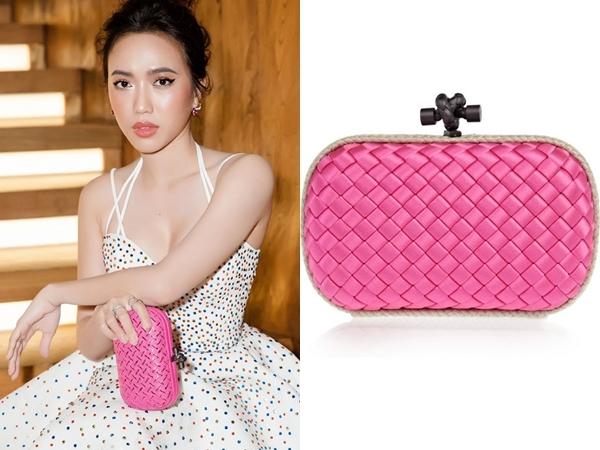 Tham dự một show diễn thời trang, nữ diễn viên diện đầm trắng cúp ngực gợi cảm mix cùng chiếc ví cầm tay của Bottega Veneta. Được biết để sở hữu thiết kế này, cô phải bỏ ra $1.870 (tầm 43 triệu đồng).