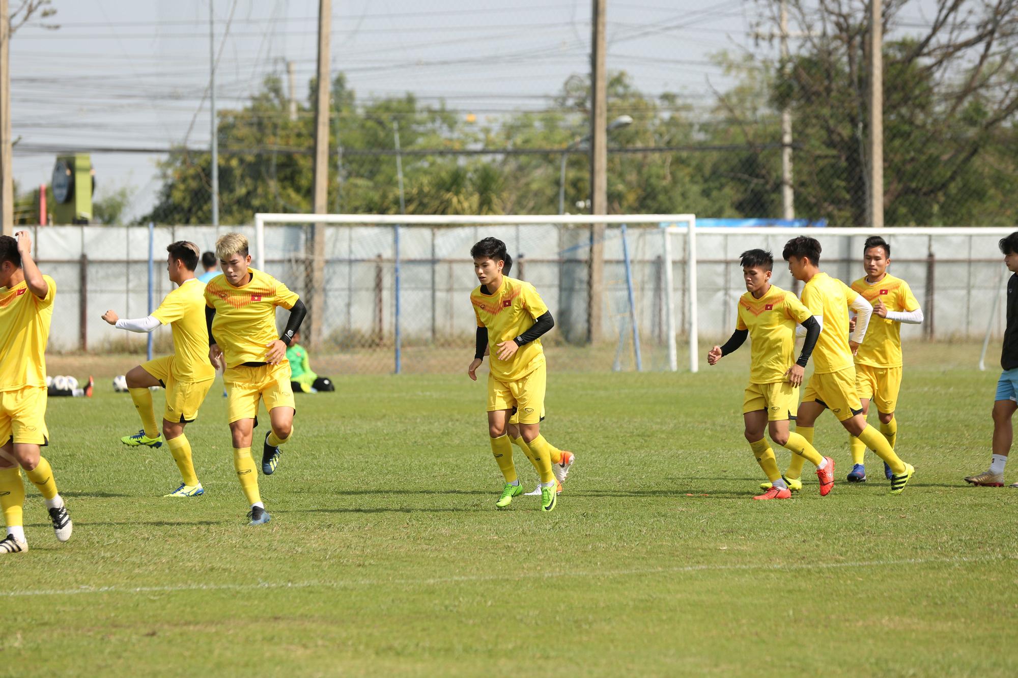 HLV Park Hang-seo trầm ngâm trong buổi tập sau trận hòa U23 UAE 2