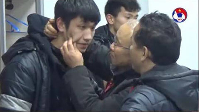 HLV Park Hang Seo bất ngờ hôn má các học trò, khẳng định 'như bố hôn con trai' 2