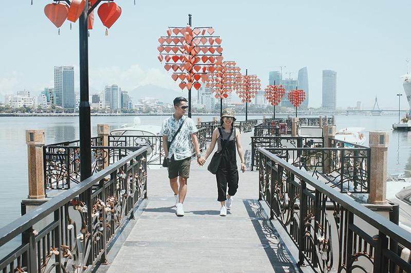 Cầu nằm giữa cầu Rồng và cầu Sông Hàn, bên này hướng ra không gian lộng gió, thênh thang nước, bên kia hướng về trung tâm thành phố hoa lệ