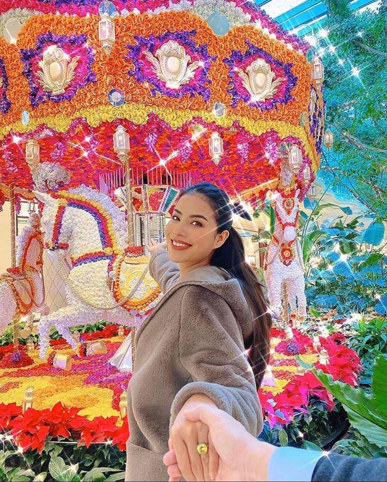 Một hình ảnh khác cũng trong chuyến đi chơi này từng được Phạm Hương khoe trước đó, dân tình nháo nhào về 'hột xoàn' siêu to mà hoa hậu đeo trên tay.