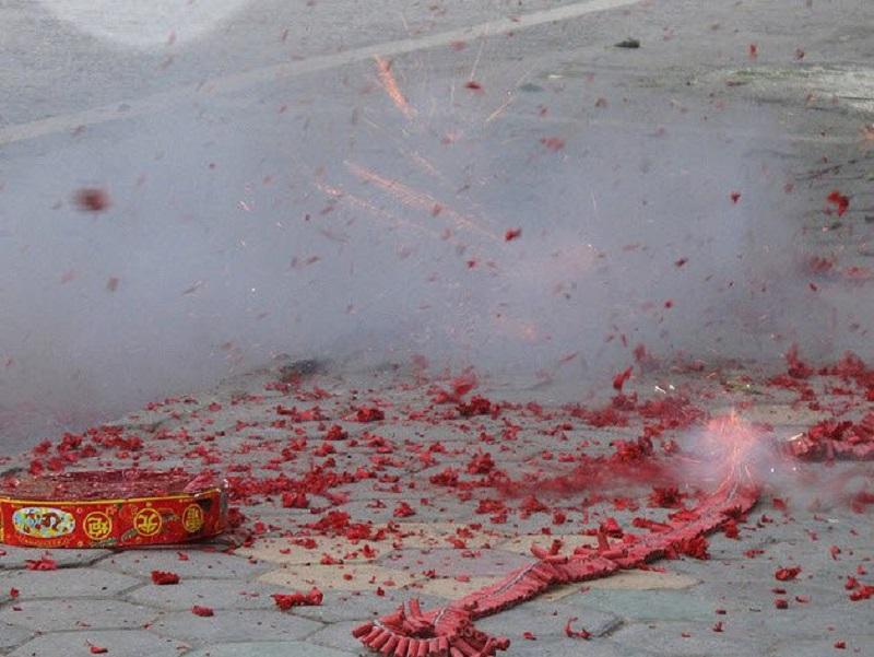 Xác pháo hồng đỏ mang lại nhiều may mắn