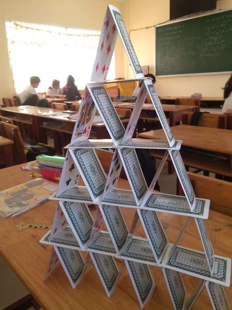 Chỉ cần một cơn gió hoặc một chút bất cẩn, ngọn tháp sẽ 'sụp đổ'
