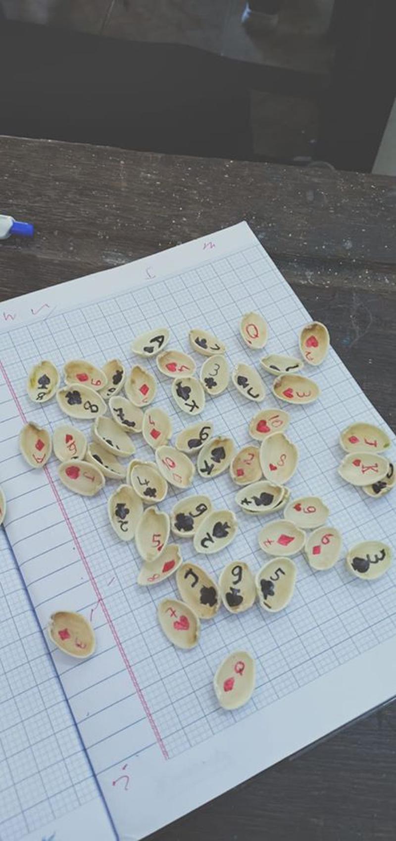 Chắc chỉ có học sinh mới nghĩ ra cách tận dụng vỏ hạt dẻ cười để làm bộ bài